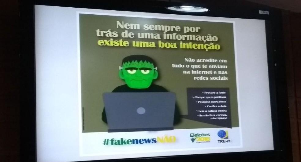 Banners do TRE-PE orientam para a veracidade das informações sobre as eleições 2018 (Foto: Camila Torres/TV Globo)