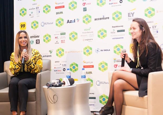 Anitta durante o talk (Foto: Anna Demidova/Divulgação)
