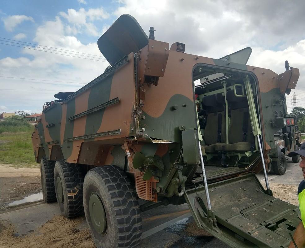 Colisão levou ao tombamento do caminhão do exército e envolveu 3 veículos - 2 blindados e 1 Marruá, segundo a PRF — Foto: Divulgação/ PRF