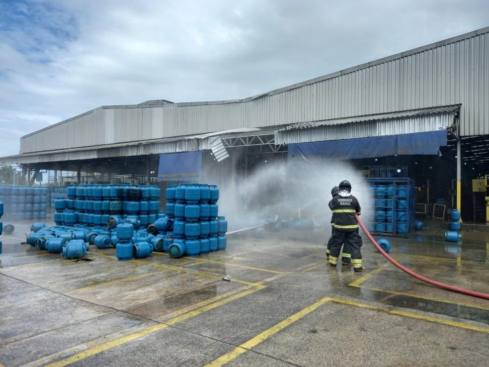 Explosão em empresa de gás deixa uma pessoa morta e outras duas feridas em São Francisco do Conde — Foto: Divulgação/Corpo de Bombeiros