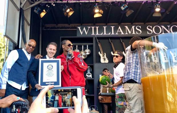 O rapper recebe o certificado do Guiness book (Foto: Reprodução Twitter)