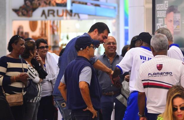 Thiago Lacerda no aeroporto (Foto: William Oda/Agnews)