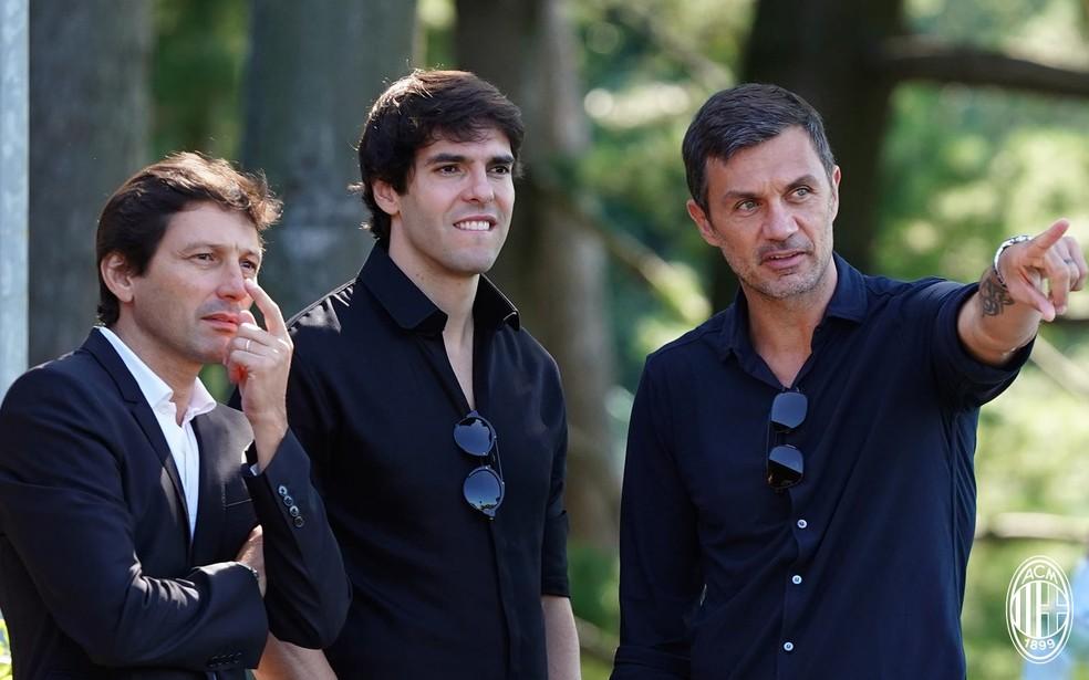 Leonardo, Kaká e Maldini conversam em treino do Milan — Foto: Reprodução / Facebook