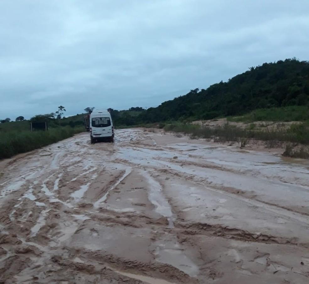 Chuva faz riacho transbordar e leva lama para a BR-222, no Maranhão — Foto: Divulgação/PRF