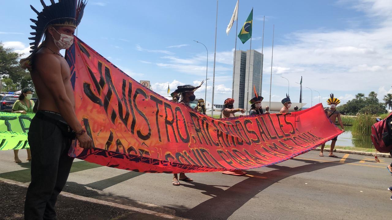 Indígenas protestam em Brasília contra exploração de terras para mineração