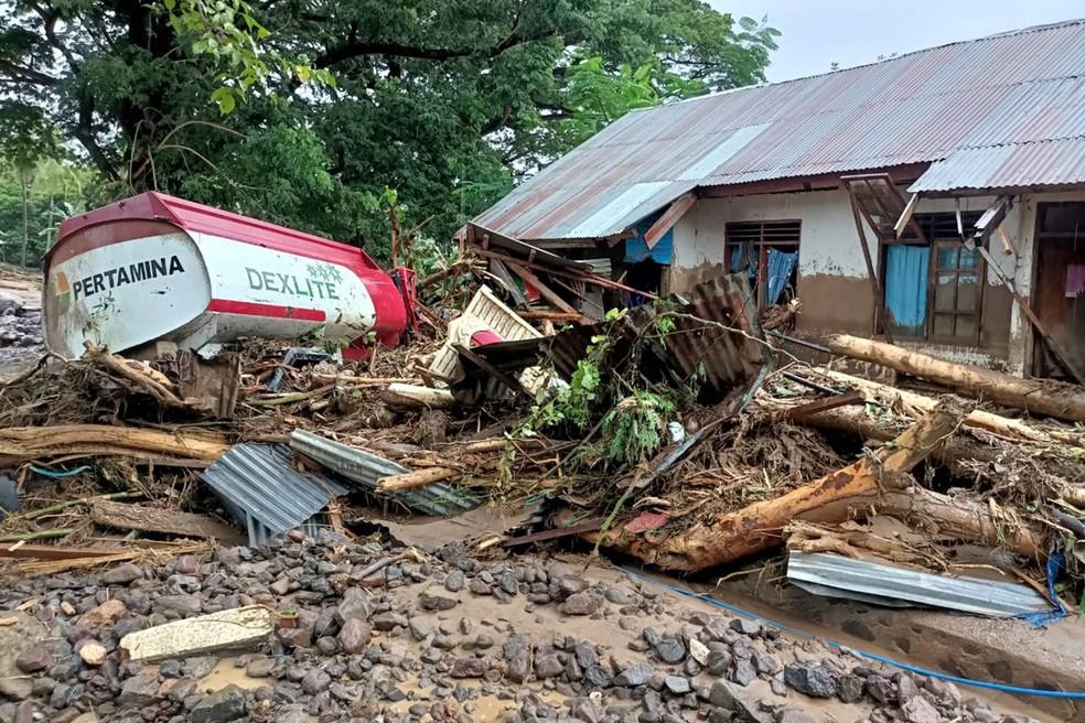 Enchente causa destruição na Indonésia neste domingo (4) — Foto: Joy Christian / AFP