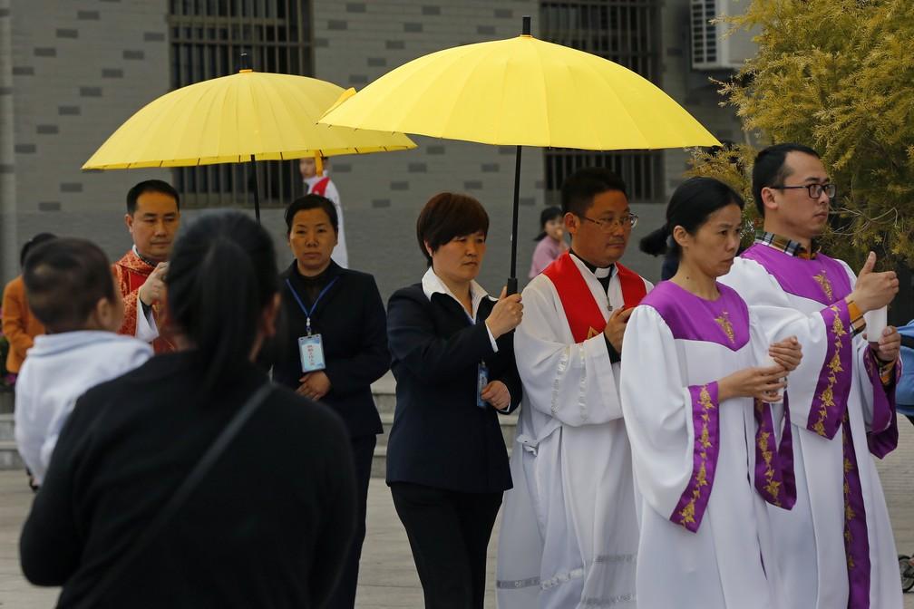 Padres e fiéis durante procissão em igreja católica em Saiqi, na China (Foto: AP Photo/Andy Wong)