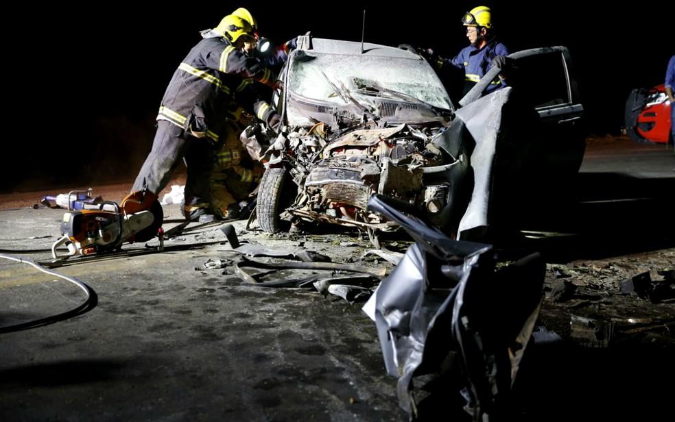 Carro que se envolveu em acidente na DF-130 e deixou um jovem de 21 anos morte e seis pessoas feridas (Foto: Corpo de Bombeiros/Divulgação)