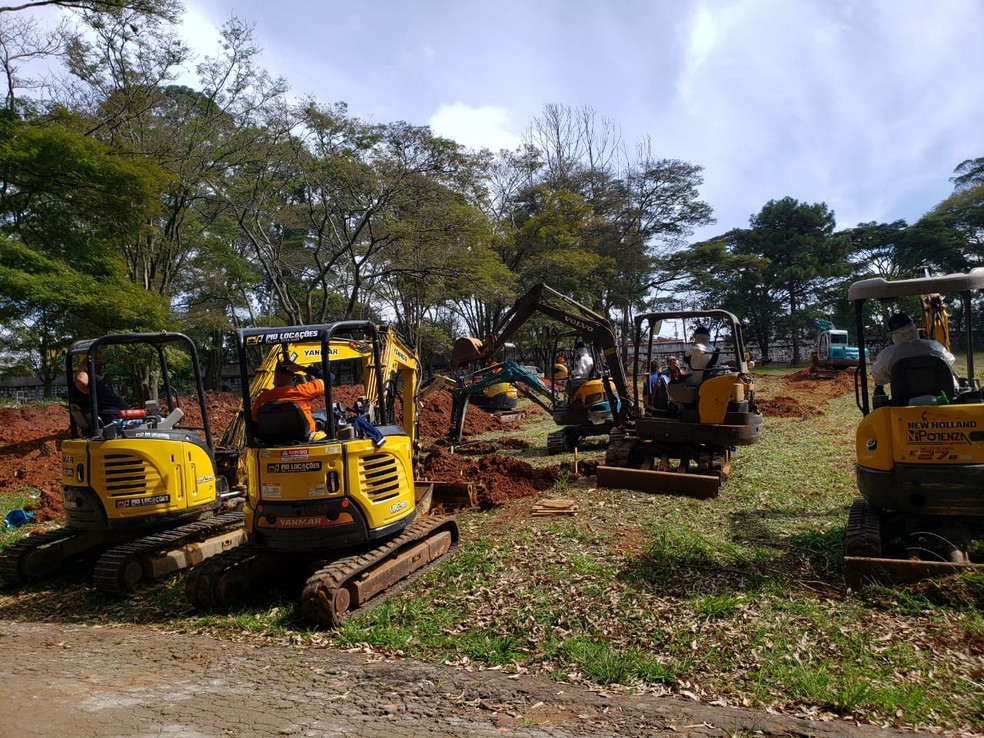 Retroesvadeiras trabalham na abertura de sepulturas no cemitério da Vila Formosa, Zona Leste de São Paulo. — Foto: Divulgação/Sindsep