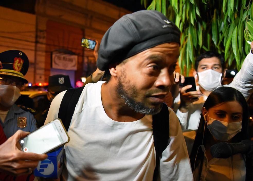 Ronaldinho deixa prisão no Paraguai — Foto: Norberto Duarte/AFP