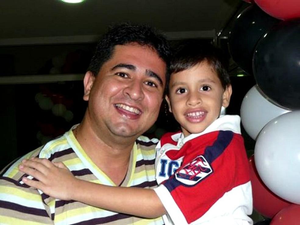 Fernando Gomes e o filho Mateus, que morreu em 2010 (Foto: Arquivo Pessoal)