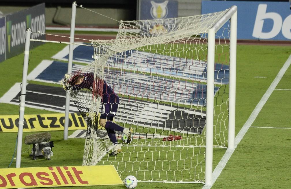 Tiago Volpi dentro do gol do São Paulo — Foto: Marcos Ribolli