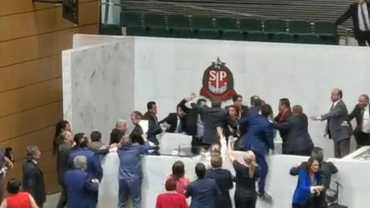 Sessão na Alesp tem empurrões e agressões durante discurso do deputado Mamãe Falei