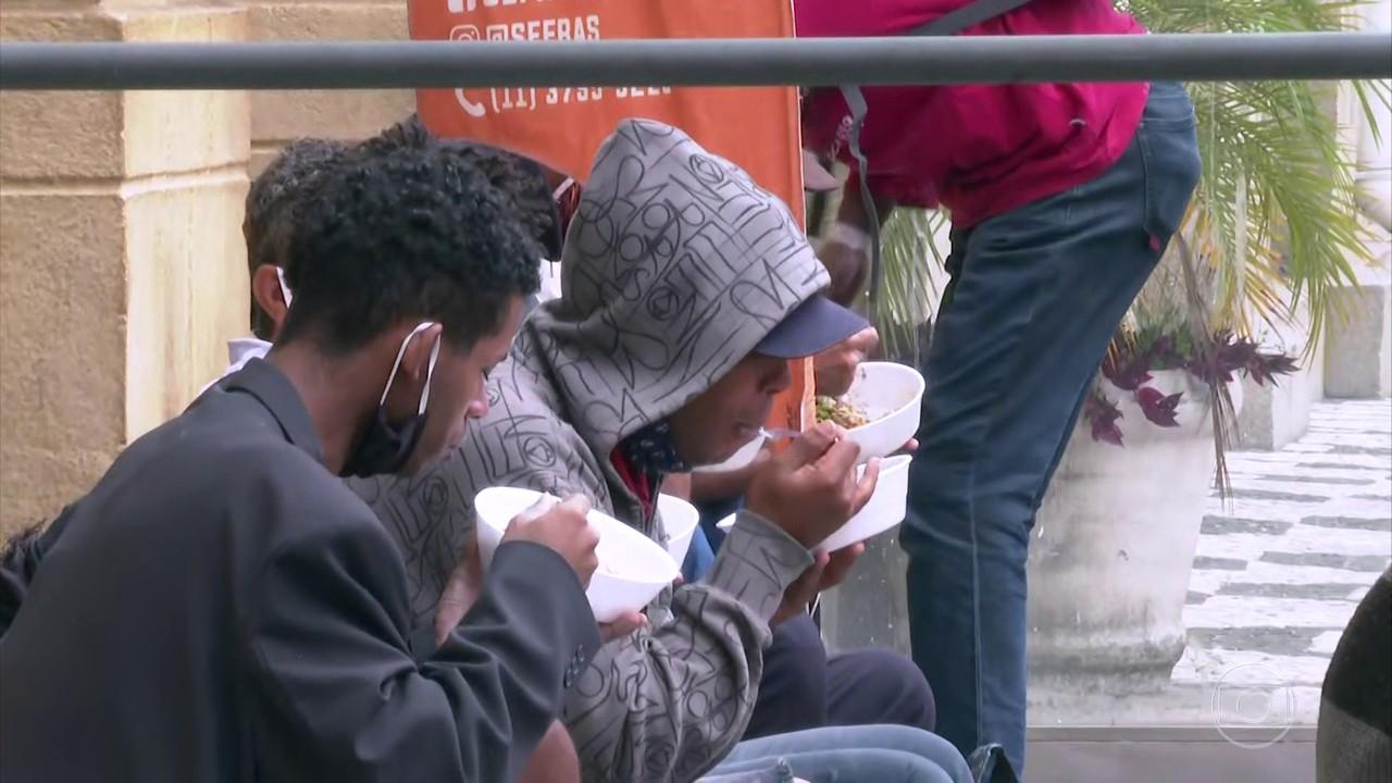 Pessoas em situação de vulnerabilidade social recebem almoço especial neste sábado