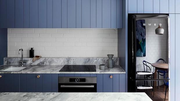 Décor do dia: cozinha contemporânea com móveis azuis (Foto: CAITLIN MILLS)