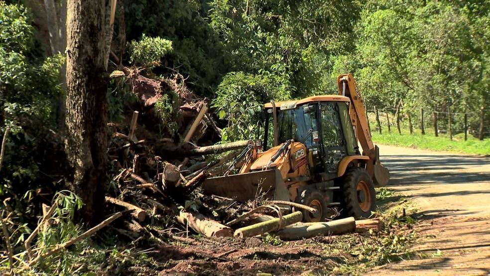Trator trabalhou para fazer a liberação de uma pista em Domingos Martins — Foto: Reprodução/TV Gazeta