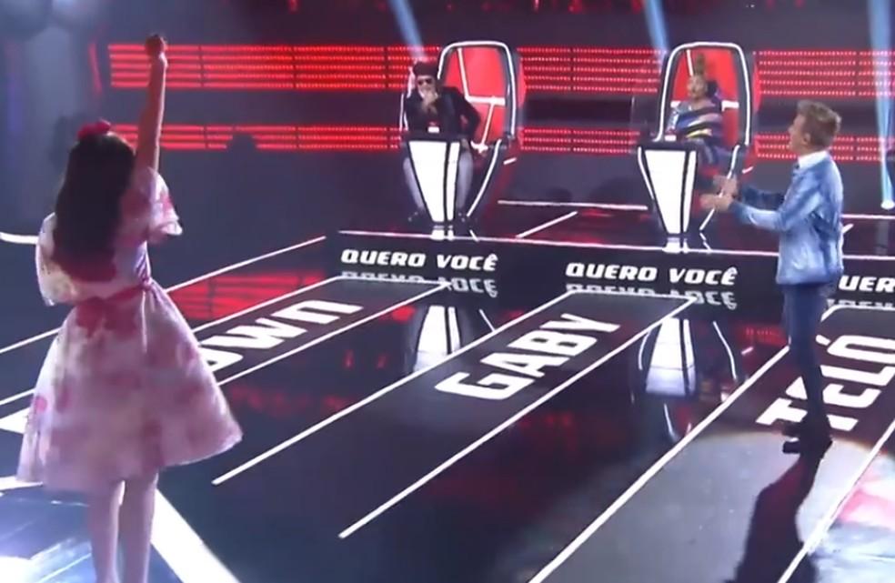 Rafaela Carrer escolhe Michel Teló no primeiro dia da sexta temporada do 'The Voice Kids' — Foto: Reprodução TV