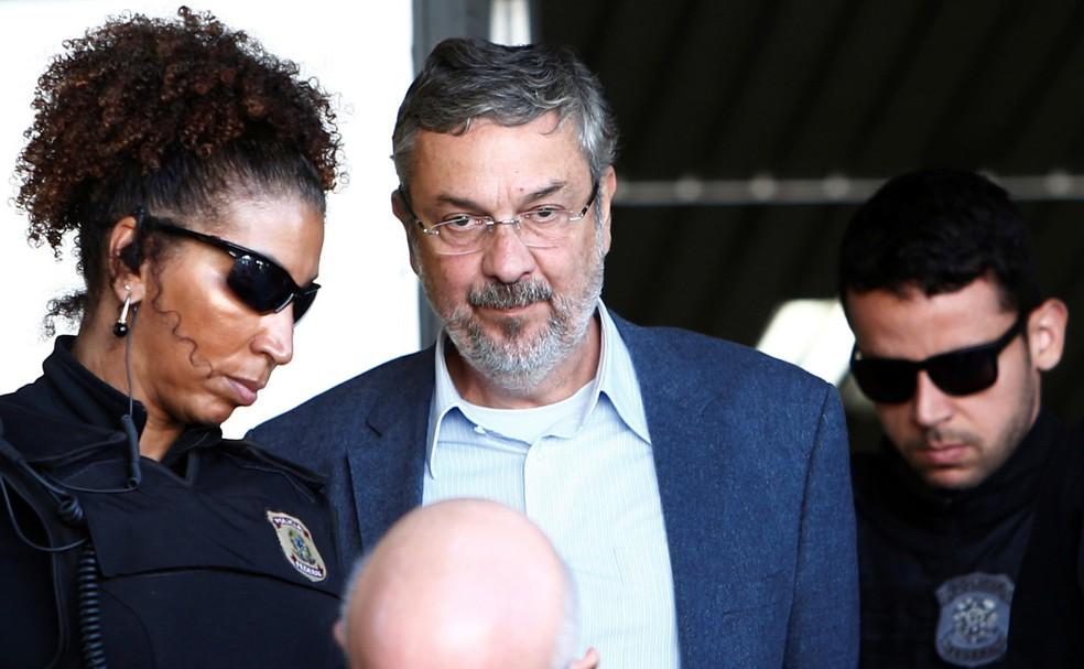 O ex-ministro Antonio Palocci, é escoltado por policiais federais em Curitiba, em imagem de setembro de 2016 (Foto: Rodolfo Buhrer/Reuters)