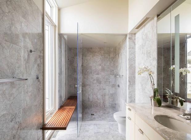 Os banheiros são revestidos em mármore (Foto: Toptenrealstate/ Reprodução)