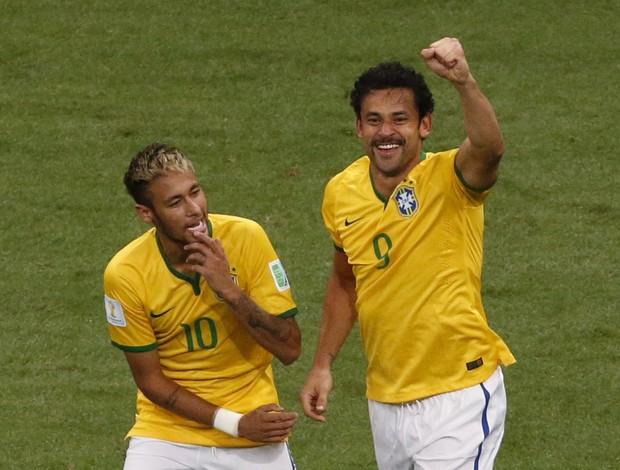 Fred e Neymar Brasil x Camarões (Foto: Reuters)
