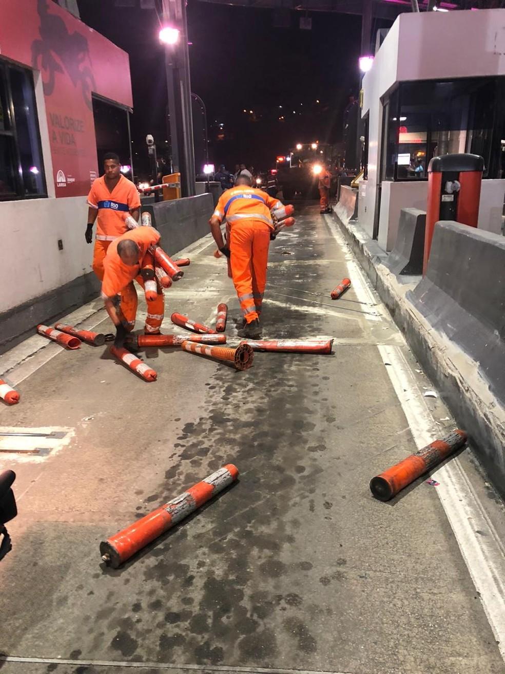 Funcionários da Prefeitura da Rio retiram cancelas e bloqueios do pedágio da Linha Amarela na noite deste domingo (27) — Foto: Divulgação