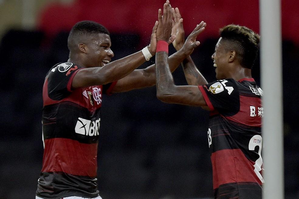 Lincoln e Bruno Henrique comemoram gol — Foto: Staff Images/CONMEBOL