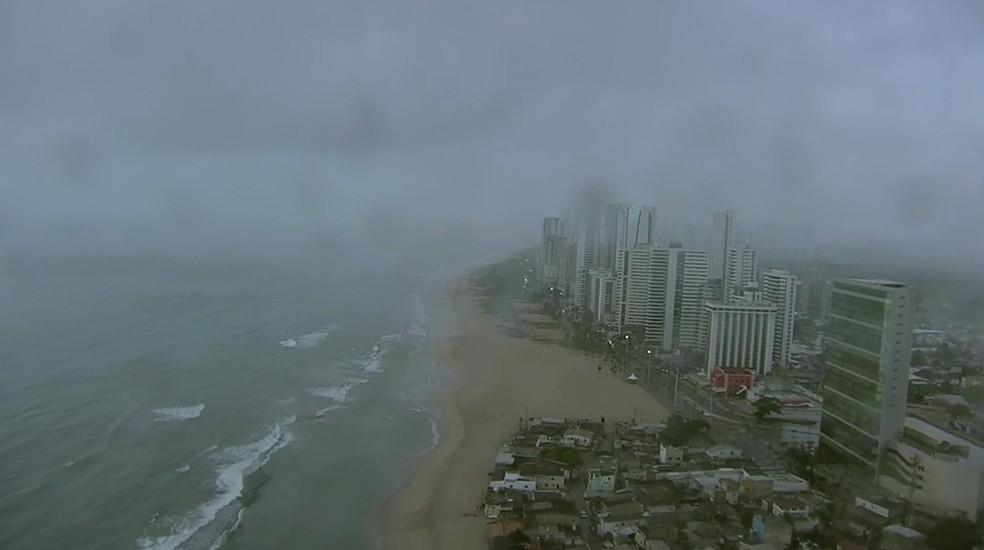 Imagem captada pelo Globocop momentos antes da queda, no Recife, na manhã desta terça-feira (23) (Foto: Reprodução/TV Globo)