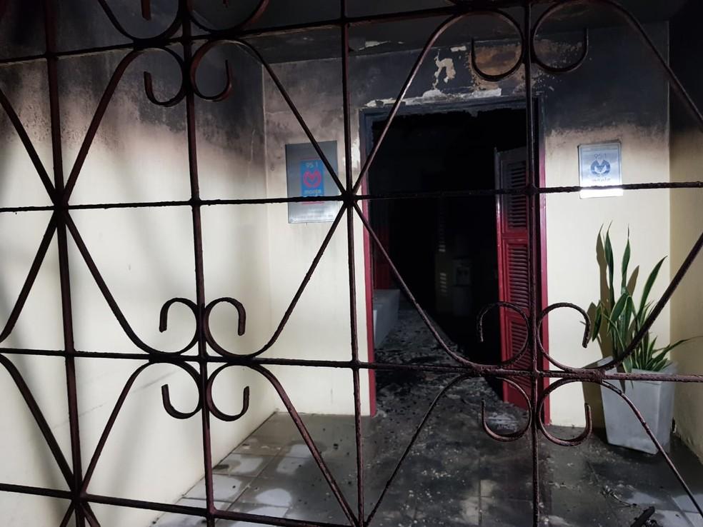 Funcionária de rádio em Pacajus é rendida e local é incendiado por homens.  — Foto: Rafaela Duarte/Sistema Verdes Mares