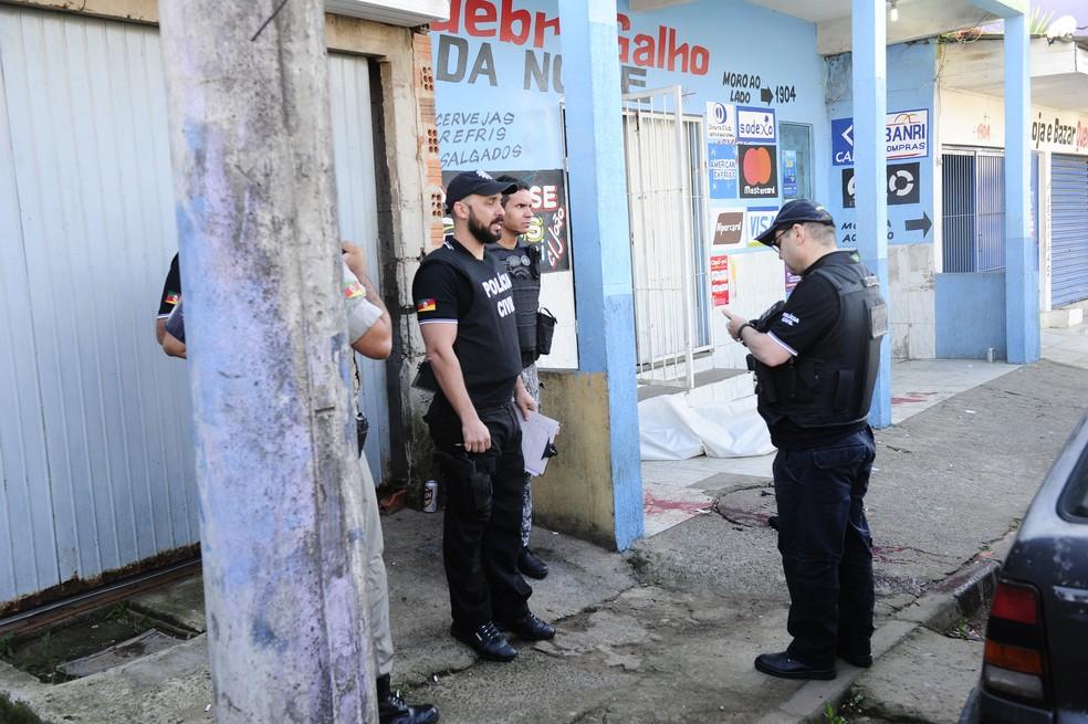 Cinco pessoas foram mortas dentro de bar no bairro Mario Quintana, em Porto Alegre (Foto: Ronaldo Bernardi/Agência RBS)