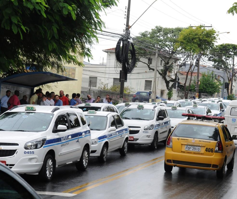 Carro da Emdec durante fiscalização, em Campinas (Foto: Luiz Granzotto)