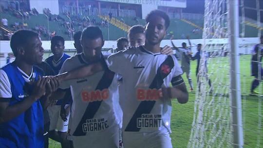 """Após gol, Miranda, do Vasco, chora e protesta contra racismo: """"Macaco não, tenho orgulho da minha cor"""""""