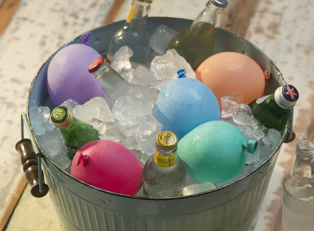 Balde com gelo, garrafas de bebidas, e bexigas coloridas (Foto: Iara Venanzi / Editora Globo)