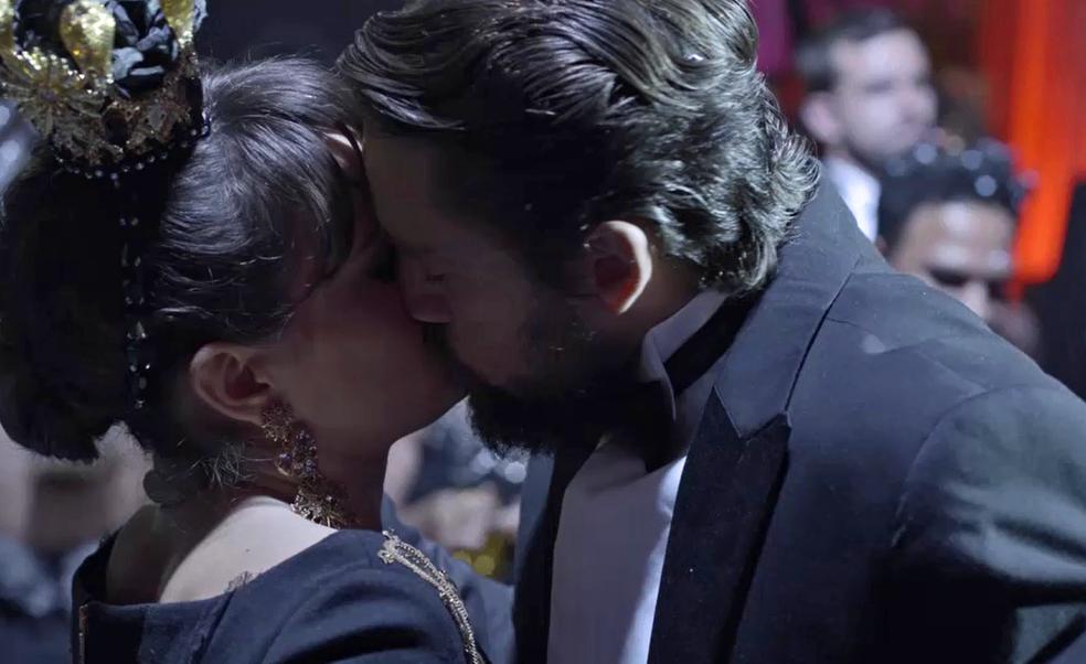 Renato beija Clara em festa à fantasia (Foto: TV Globo)