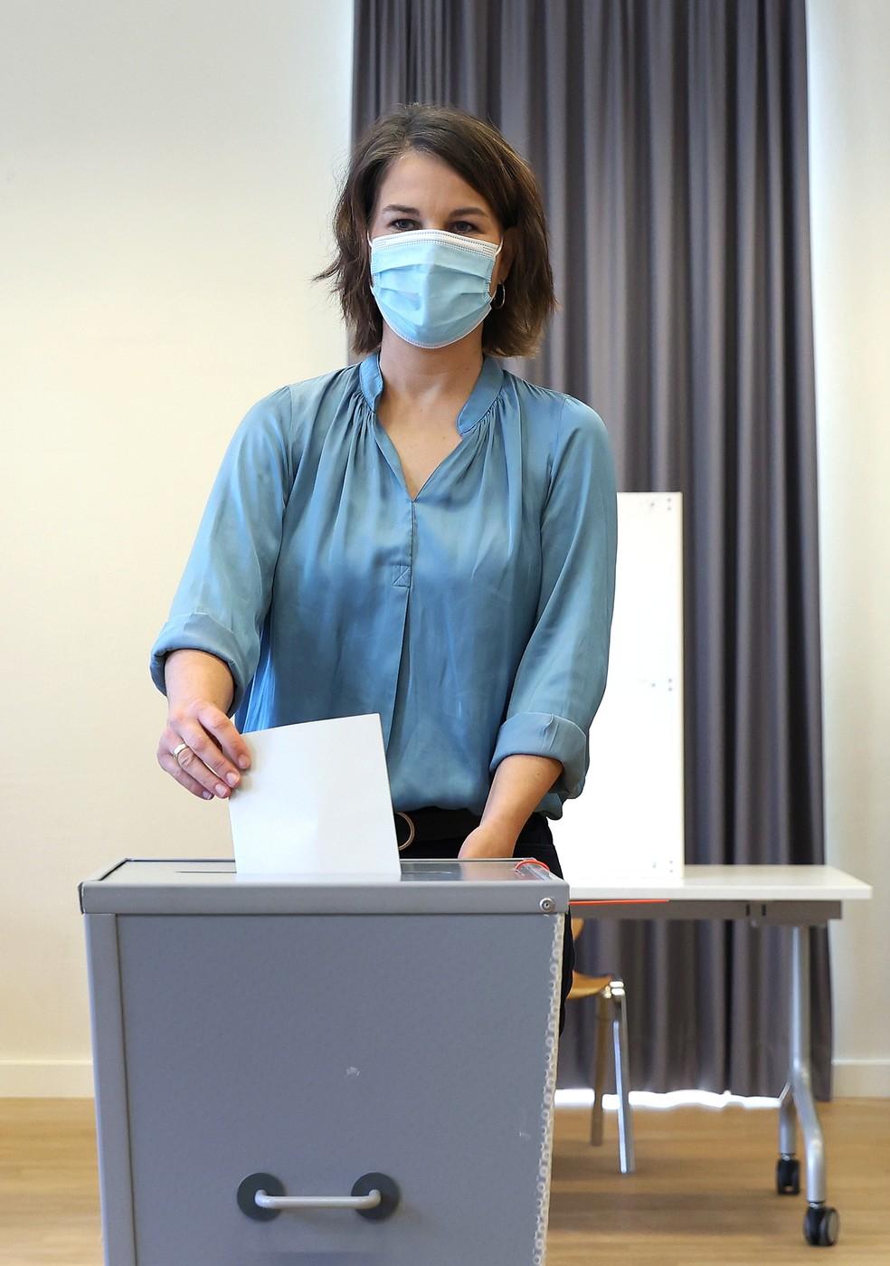 Annalena Baerbock, candidata dos Verdes, vota nas eleições federais alemãs neste domingo (26). — Foto: Reuters