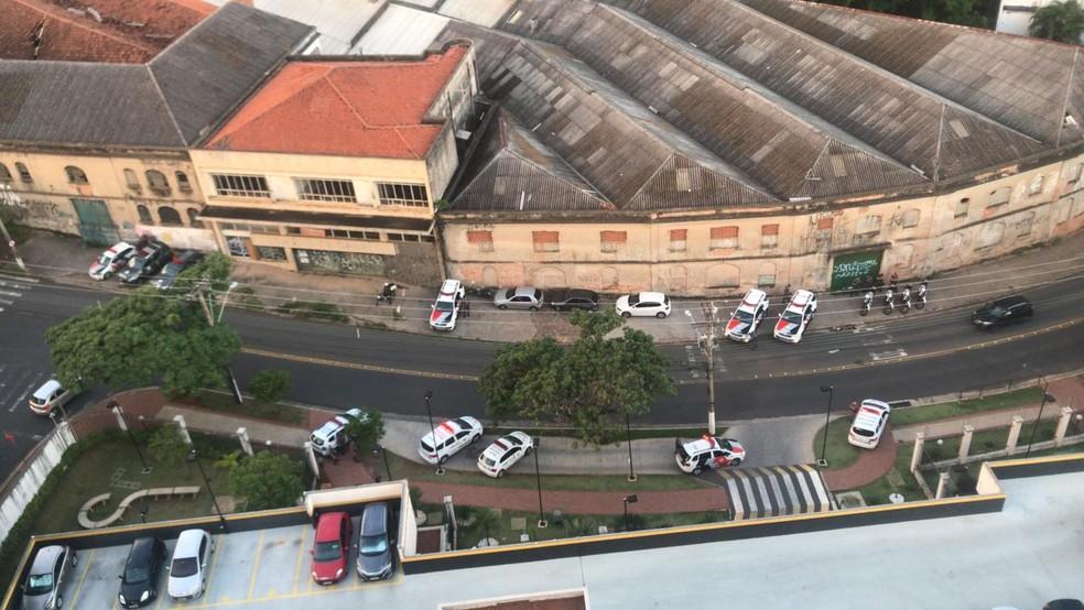 Polícia Militar fez cerco em prédio onde homem foi preso por atirar na sacada — Foto: Arquivo pessoal