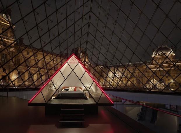 A experiência é uma comemoração para os 30 anos da pirâmide do Louvre (Foto: Airbnb/ Reprodução)