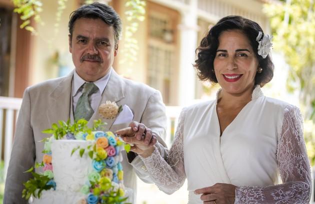 Cassio Gabus Mendes e Gloria Pires na cena em que Lola e Afonso cortam o bolo de casamento em 'Éramos seis'. A cena irá ao ar no penúltimo capítulo, no dia 26 de março (Foto: Paulo Belote/TV Globo)