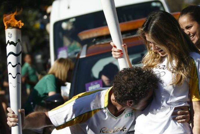 Em um momento emocionante, carregando a tocha olímpica, Felipe deu um beijo no filhote (Foto: Instagram / Felipe Andreoli)