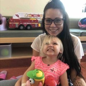 Acidente doméstico copo (Foto: A mãe Kayla com Jaclyn, durante a recuperação da menina)