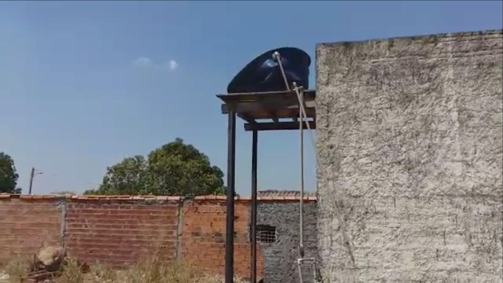 Moradora de Miracema diz que caixa de água derreteu por causa do calor  (Foto: Reprodução Paulo Cavalcante)
