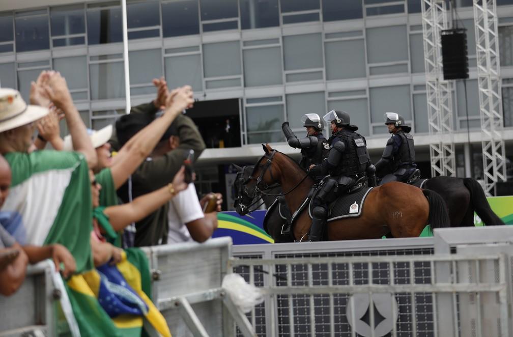 Chegada de público para acompanhar o evento de posse do presidente, em Brasília — Foto: Silvia Izquierdo/AP