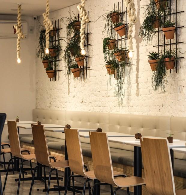 O projeto luminotécnico inclui lâmpadas penduradas em cordas sobre as mesas (Foto: Divulgação)