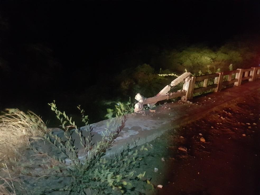 Adolescente perdeu controle de veículo, que caiu dentro de rio no Seridó potiguar — Foto: PM/Cedida