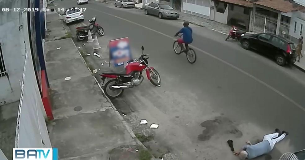 Vídeo mostra momento em que suspeito agride idoso na Bahia — Foto: Reprodução/TV Bahia