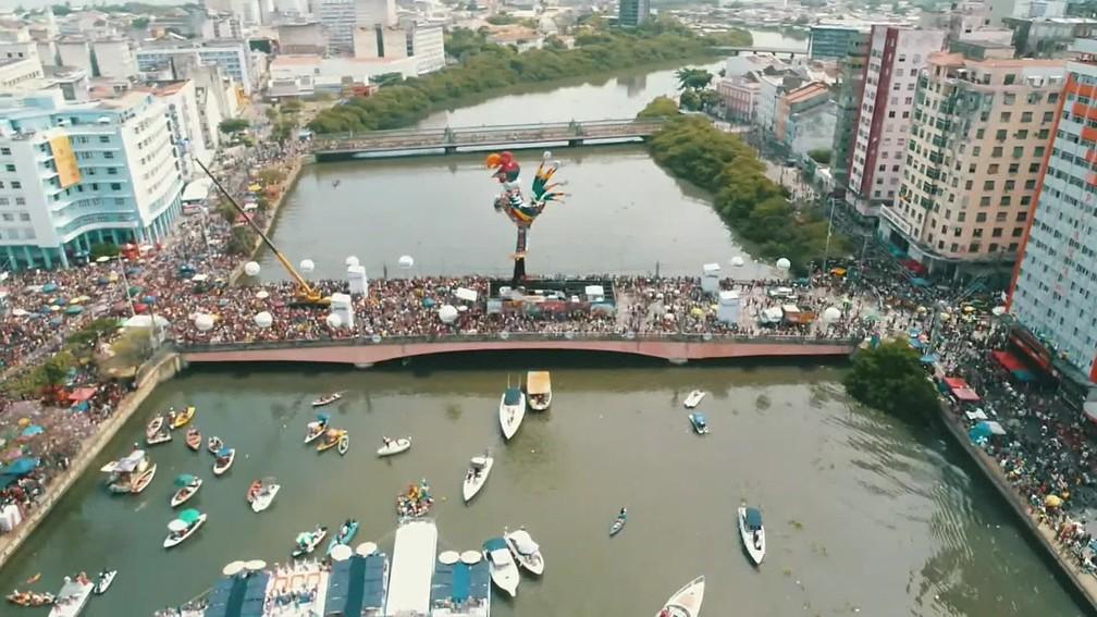 Centro do Recife fica cheio de foliões para o Galo da Madrugada — Foto: Reprodução/TV Globo