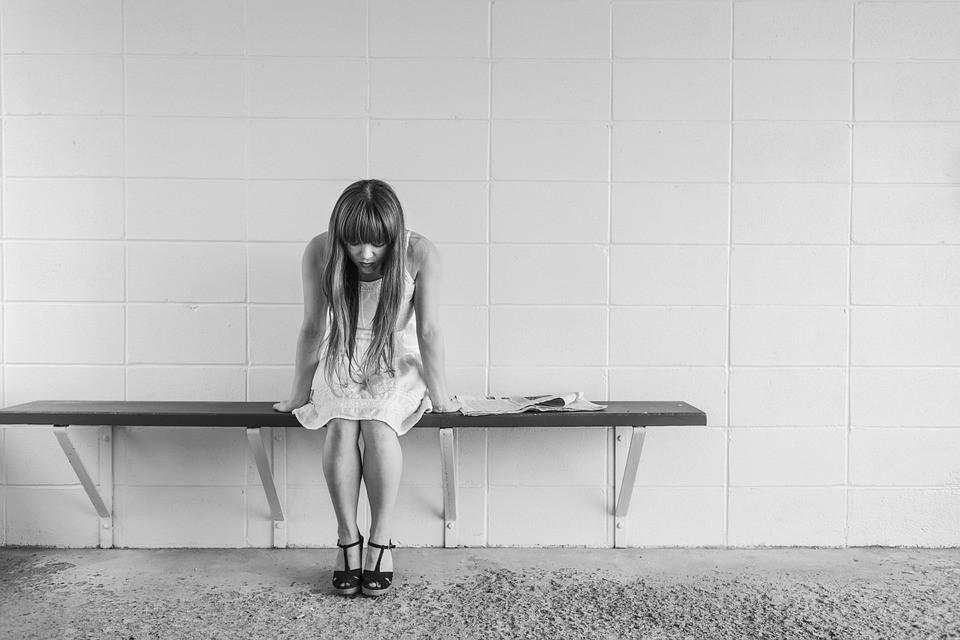 Depressão em adultos geralmente está relacionada à diversos fatores como isolamento social, excesso de trabalho, alterações hormonais, decepções amorosas e disposição genética (Foto: Pixabay)