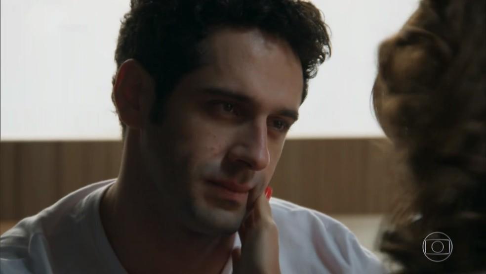 Beto (João Baldasserini) fica caidinho por Tancinha (Mariana Ximenes) em sonho - 'Haja Coração' — Foto: Globo