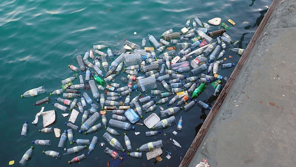 Emissão de gases por plásticos que estão no oceano podem aumentar mesmo quando não há luz solar (Foto: Pixabay/MonicaVolpin/CreativeCommons)