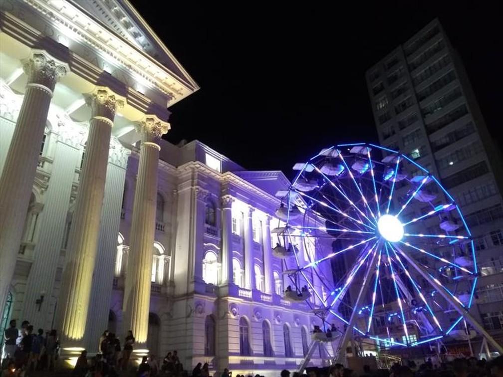 Roda Gigante e Vila de Natal na Praça Santos Andrade — Foto: Prefeitura Municipal de Curitiba/Divulgação