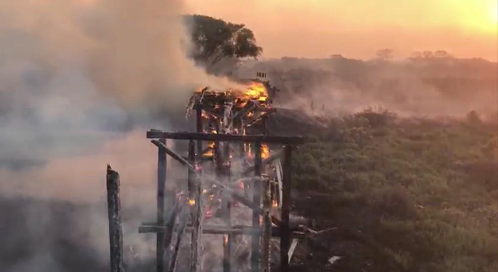 Ponte em chamas no Pantanal de MS — Foto: Marcos Rogério